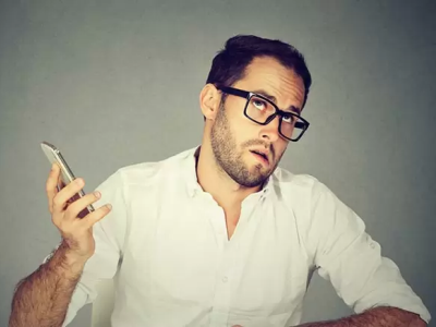 uomo riceve telefonata dalla ex moglie