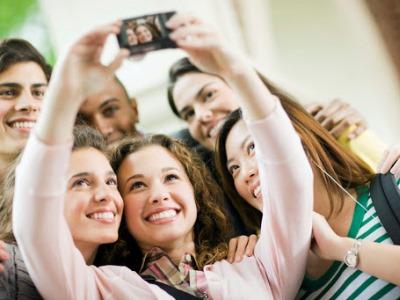 Attenzione a pubblicare selfie di gruppo senza chiedere il consenso di chi vi compare
